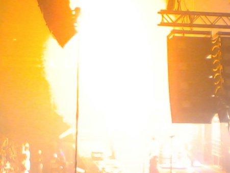 Flammenwerfer wirft Flammen